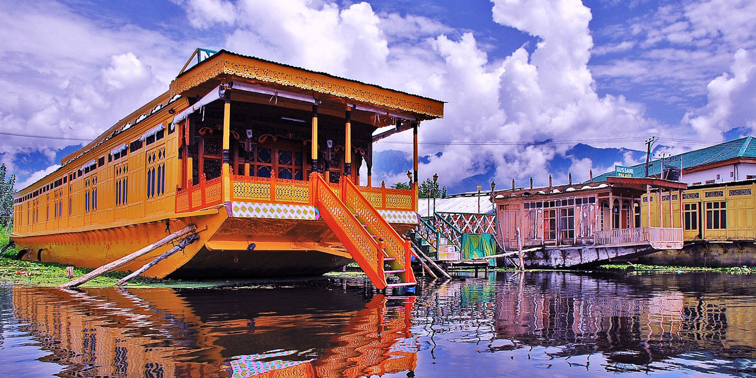 Stay in a houseboat on Dal Lake
